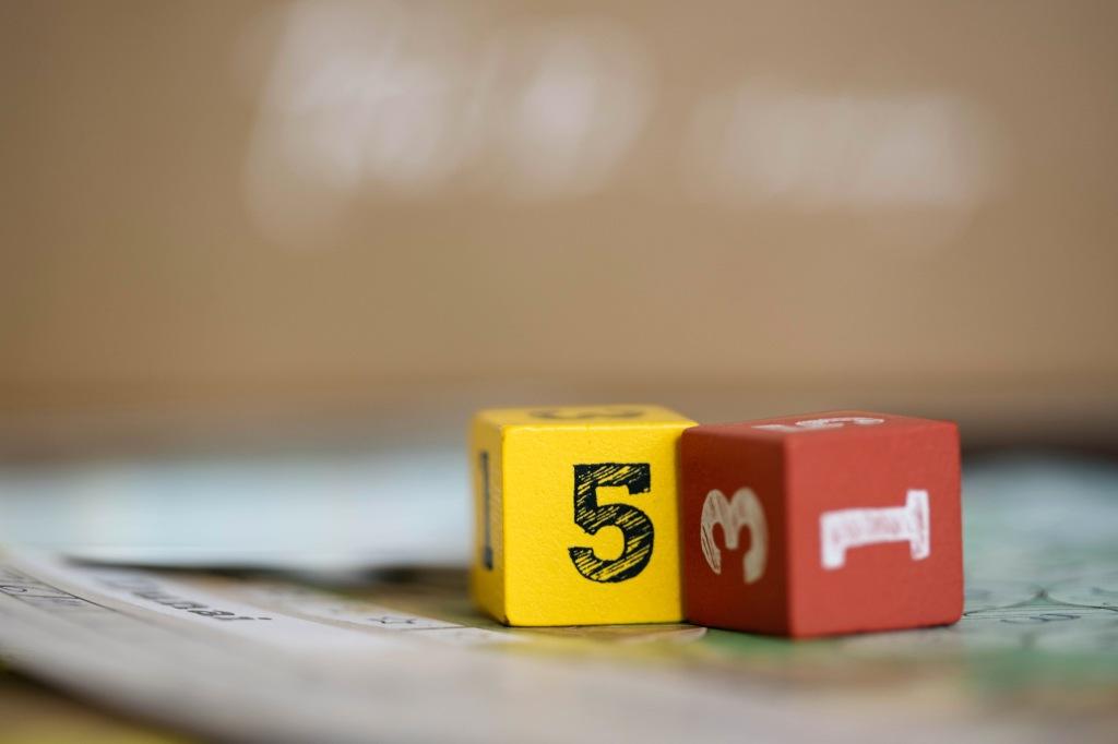 Deux dés avec des valeurs de 1 à 6 pour l'un et de 0 à 5 pour l'autre.